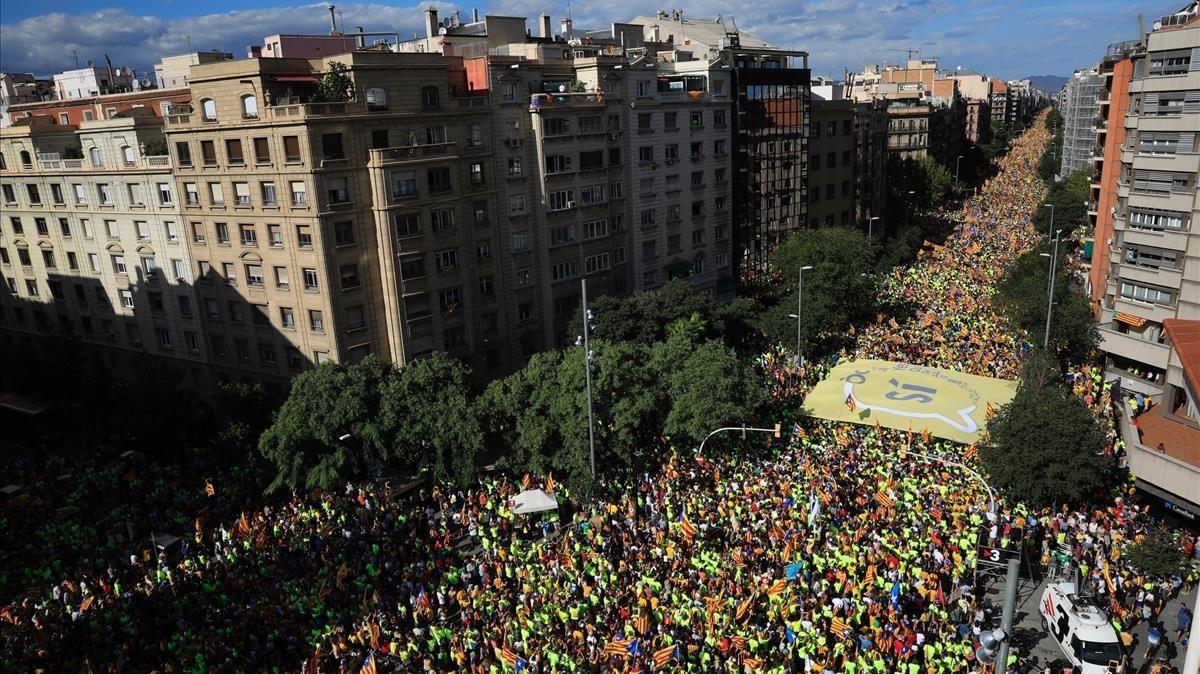 Vista de la calle Aragó llena de manifestantes de la Diada.