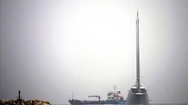 El 'Sailing Yacht A', propiedad del magnate ruso Andrei Melnichenko, en el puerto de Gibraltar.