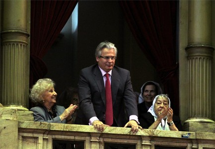 Garzón, entre Estela de Carlotto (izquierda), y la presidenta de Madres de Plaza de Mayo, Hebe de Bonafini (derecha), recibe el aplauso del Congreso argentino.