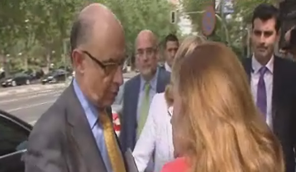 Una clienta de Bankia aborda a Montoro en plena calle