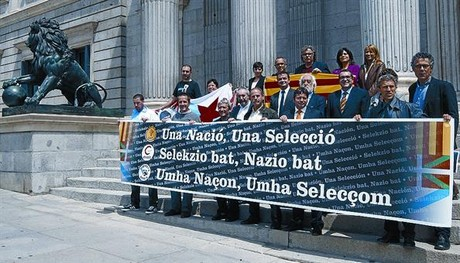 Diputados de CiU, ERC, Amaiur y el BNG muestran su apoyo a las selecciones nacionales, ayer.