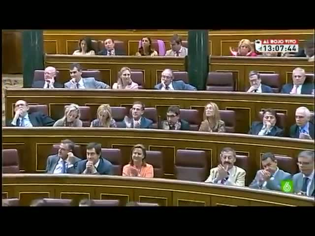 Andrea Fabra y los aplausos populares en el Congreso.