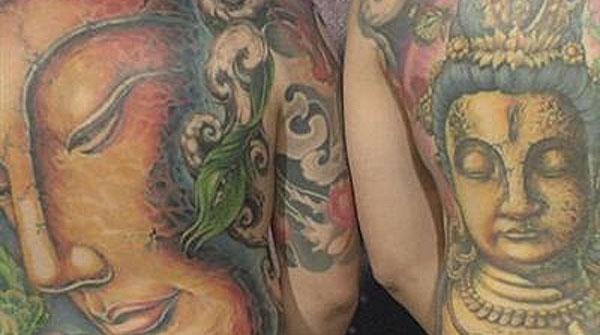 Una loca de mierda se hizo tatuaje en el ano - Noticias