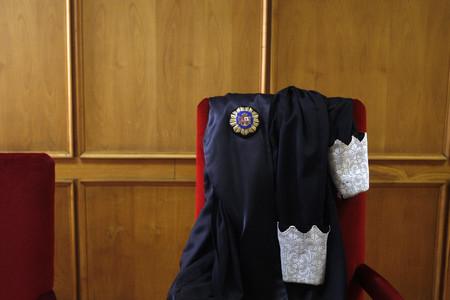 La toga de un magistrado, en los juzgados de plaza Castilla de Madrid.