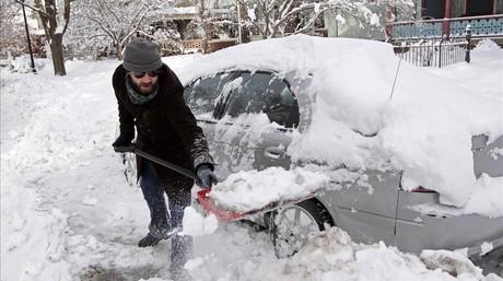 Brad Sachs saca la nieve acumulada en su coche en Indianapolis.