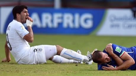 Luis Suárez (izquierda), tras morder a Giorgio Chiellini, en el partido entre Uruguay e Italia