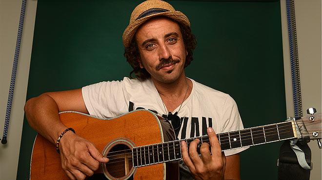Lucas Masciano interpreta en ac�stico la canci�n 'Alta tensi�n'.