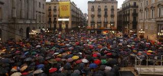 La protesta contra la decisi�n del TC llena la plaza de Sant Jaume