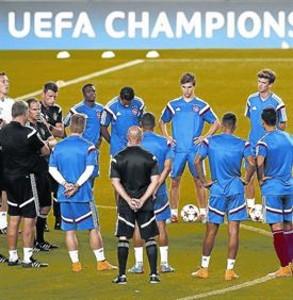 Charla 8 De Boer, con sus jugadores, ayer en el Camp Nou.