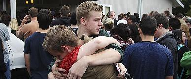 Varios j�venes se abrazan a las puertas del instituto, tras el tiroteo.