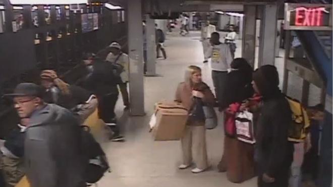 Rescatado un hombre tras caer a las v�as del metro en Filadelfia.