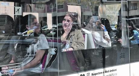 Momentos dif�ciles 8 Alumnos, profesores y familiares son trasladados en un autob�s a prestar declaraci�n, ayer en Barcelona.