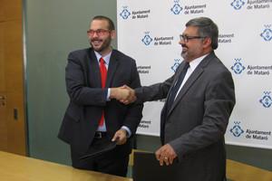 El nuevo alcalde de Mataró, David Bote (PSC), en el momento de escenificar el acuerdo de mandato con Joaquim Fernàndez (CiU), en junio de 2015.