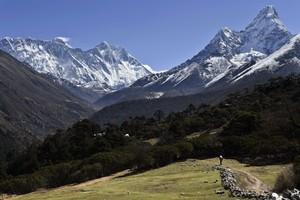 LEverest, a lesquerra, des de la localitat de Tembuche, al Nepal, el 20 dabril.