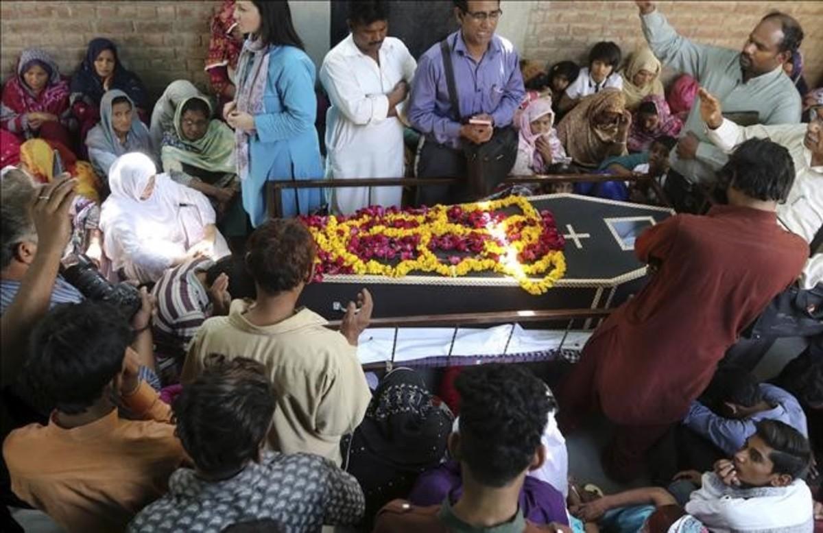 Funeral por uno de los cristianos muertos en el atentado de Lahore.