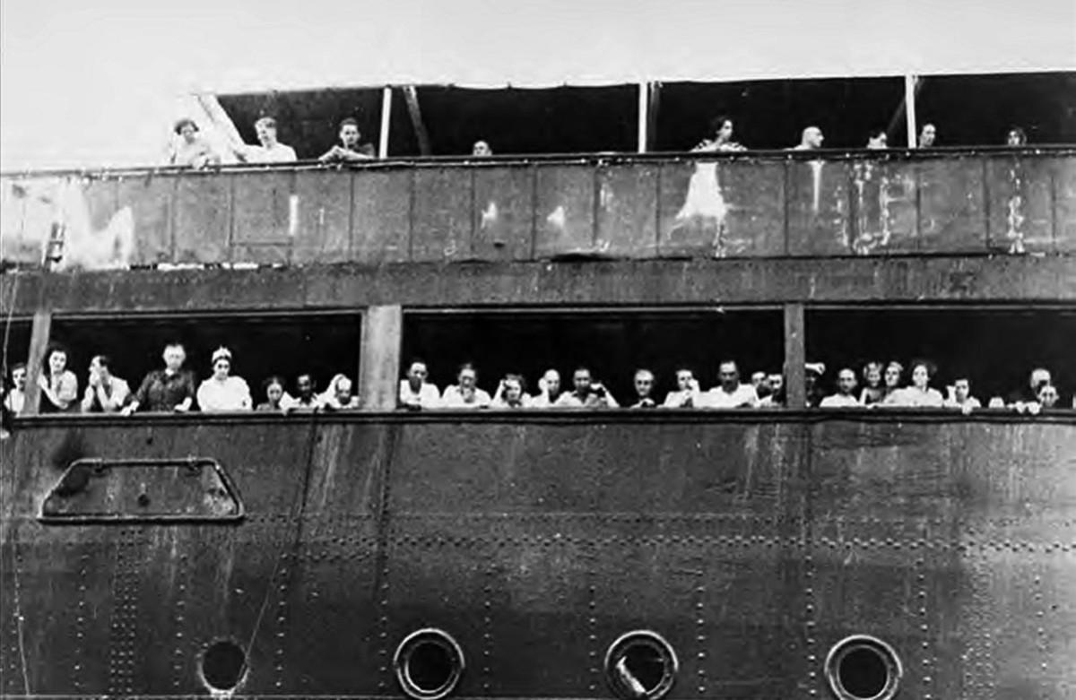 Pasajeros judíos del Saint Louis, que intentan comunicarse sin éxito con amigos y familiares en el puerto de La Habana, en una imagen del libro de Armando Lucas Correa La niña alemana.