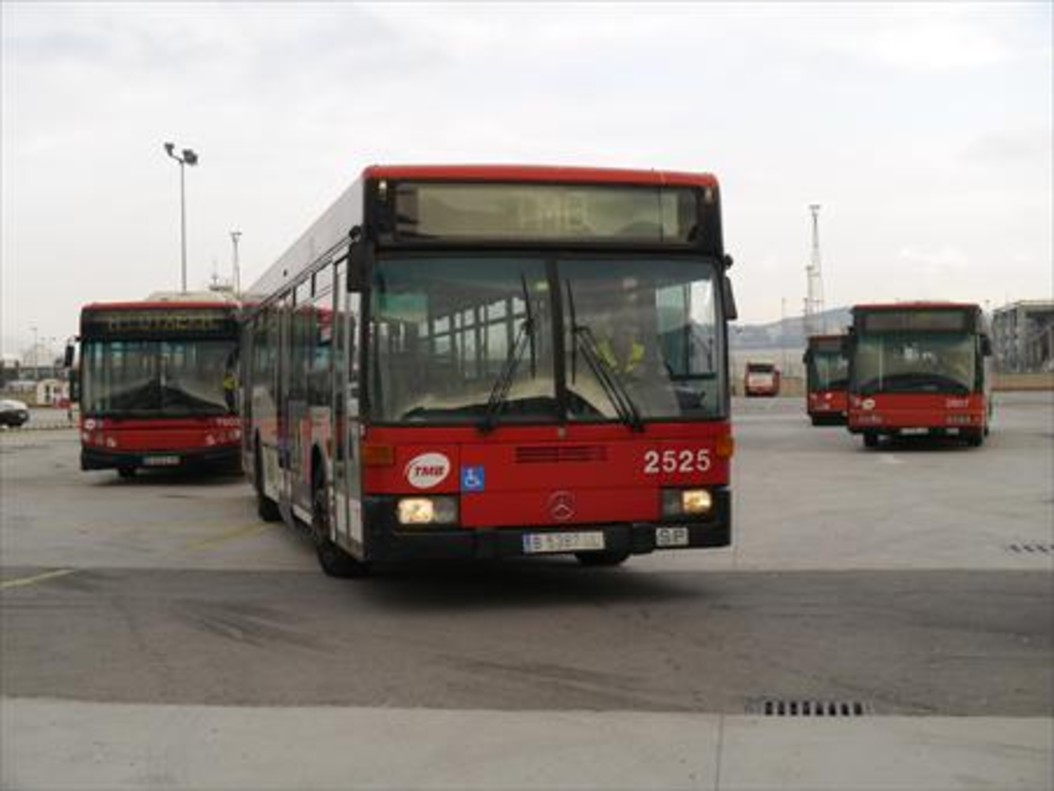 Salida de autobuses en una cochera de TMB para iniciar el servicio.