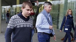 El primer oficial (izquierda) y el capitán del mercante ruso, a su salida de la Ciutat de la Justícia.