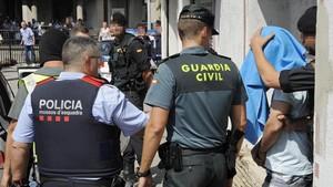 Guardia Civil y Mossos d Esquadra se llevan al detenido, esta mañana, en Ripoll