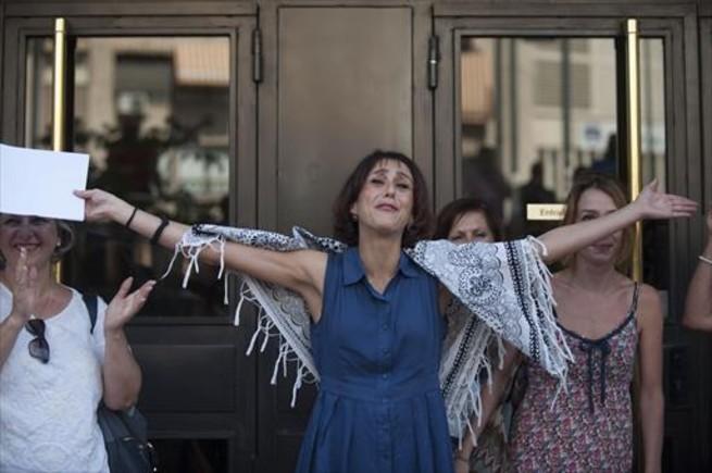Juana Rivas saluda a sus amigos y simpatizantes al salir del juzgado de Granada.