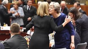 Theresa May y la responsable de política exterior de la UE, Federica Mogherini, se saludan en la cumbre de Bruselas