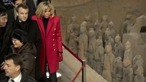 Macron y su esposa, Brigitte, visitan el museo de los guerreros de Xian