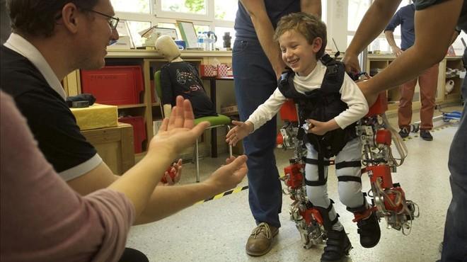 �lvaro, de cinco a�os, prueba el exoesqueleto dise�ado para ni�os en el Centro de Autom�tica y Rob�ticadel CSIC.