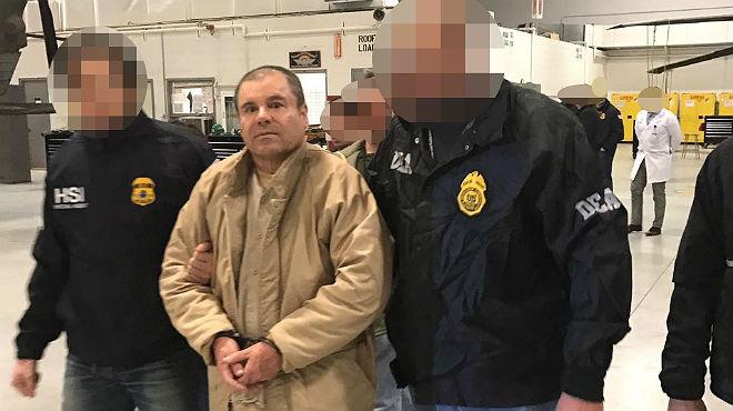 El 'Chapo' Guzmán, escoltado por agentes federales, este jueves.