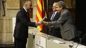 El {conseller} Francesc Homs entrega el premi a Marc Marginedas.