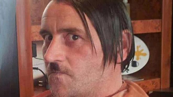 El líder de Pegida dimiteix després de fer-se una foto caracteritzat com a Hitler