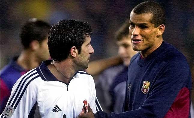 Excompañeros. Rivaldo y Figo se saludan en el terreno de juego. Compartieron vestuario y desde el 2000 fueron rivales. 21 de octubre del 2000.