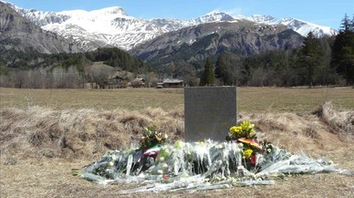 Monolito de homejaje a las victimas del accidente de avion de Germanwings en los Alpes franceses en Le Vernet.