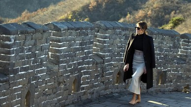 Melania pasea sin su marido y sin sus tacones por la Gran Muralla