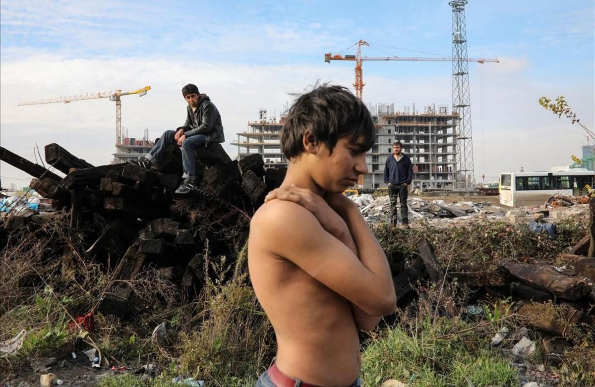 Un migrante se prepara para tomar un baño enun almacén aduanero abandonado en Belgrado.
