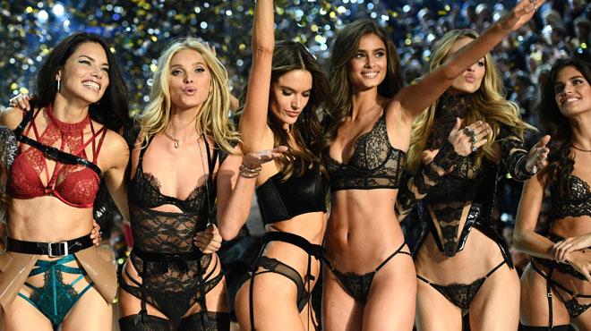 París llueix la desfilada de Victoria's Secret més enlluernadora.