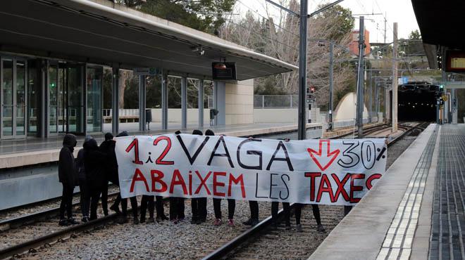 Els estudiants exigeixen una rebaixa en les taxes universitàries.