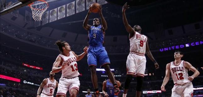 Ibaka se sale en la victoria de los Thunder en Chicago