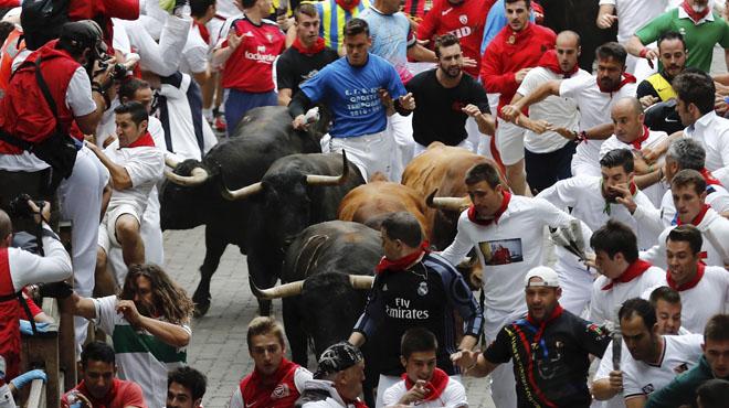 Els toros de Núñez del Cuvillo volen en un 'encierro' de Sant Fermí amb almenys tres ferits