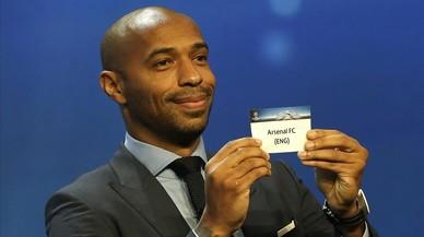 Thierry Henry, con la papeleta de 'su' Arsenal, en el sorteo de la Champions del jueves.