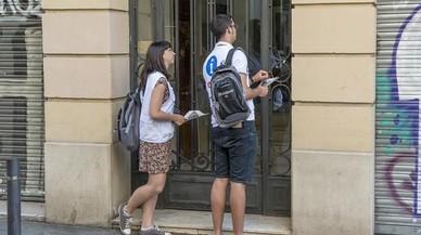 Visualizadores del ayuntamiento que comprueban si hay pisos turisticos denunciados ilegales