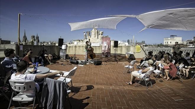 Jorge da Rocha abrió el MúAT Fest, el día 10, en una terraza con vistas a la plaza Reial. Música de vértigo.