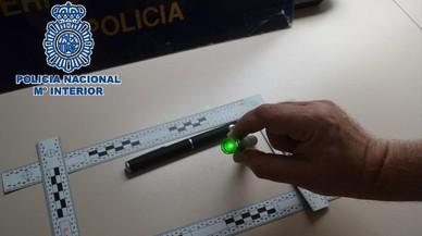 Un pare i el seu fill de 15 anys van enlluernar amb punters pilots a l'aterrar a Màlaga