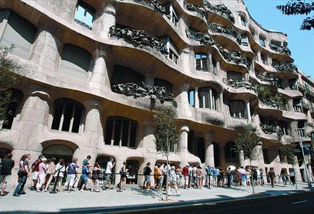 Cola de visitantes en la Pedrera de Barcelona, propiedad de la obra social de Catalunya Caixa.