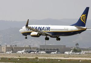 Un avió de Ryanair aterra a laeroport del Prat, a lagost.