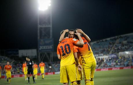 Los autores de los tantos azulgranas --Adriano, Messi y Villa-- se abrazan para celebrar el gol del 'Guaje'.