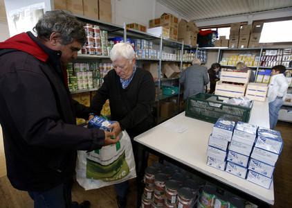 Un hombre recibe alimentos de un voluntario del 'Restaurante del Corazón', en Niza (Francia) el pasado noviembre.