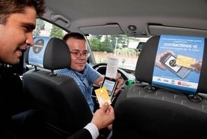 Un usuario abona un viaje de taxi con el sistema 'contactless'.