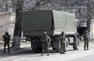 Soldados sin identificación patrullan por el centro de Simferopol, capital de Crimea, este sábado