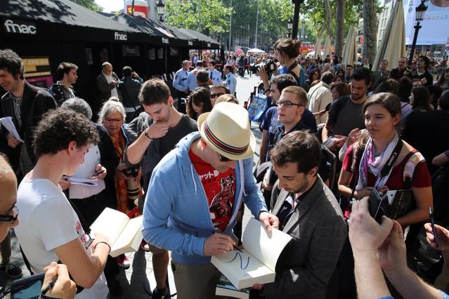 El escrito Mark Z. Danielewski ha salido firmar su libro, pese al boicot de trabajadores y algunos escritores en los puestos del Fnac.