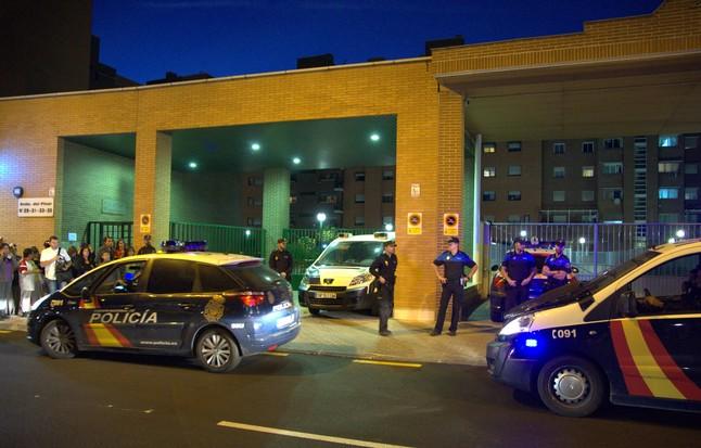 Agentes de policía custodian el edificio de Alcorcón en el que vive la auxiliar de enfermería contagiada de ébola, anoche.